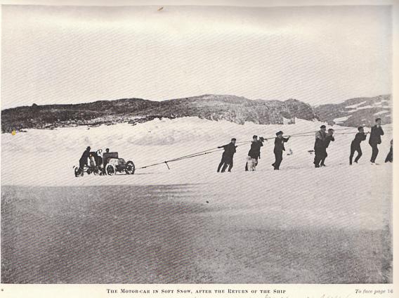 Das erste Auto in der Antarktis wird gezogen